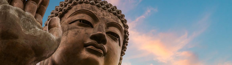 Hong Kong es uno de los motores económicos de China y su ciudad más moderna. Hong Kong es una ciudad que no duerme, una ciudad con decenas de visitas de ocio y culturales, con decenas de mercados y mercadillos callejeros y con un skyline que deja en segundo plano al de ciudades como Nueva York. Conocida como la Isla de los Dioses, Bali es una isla paradisíaca que tiene mucho que ofrecer a sus visitantes. Verdes arrozales, antiguos templos, inolvidables atardeceres, arte y cultura local, danzas milenarias, atractivos paisajes y los mejores hoteles del mundo son algunos de los atractivos más destacables de la isla. Recorrer el río Singapur en barco, comer en un hawker, ver los rascacielos desde el Parque de Merlion, visitar Little India, caminar por el barrio chino y tomar una copa en Clarke Quay son algunas de las experiencias que podrás vivir en Singapur.