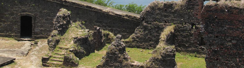 Panamá es un país singular en el que se mezcla la modernidad, con una larga y rica historia patente, en un entorno natural de especial belleza.A pesar de su pequeño tamaño, Panamá es un país pletórico en modernidad e historia. La capital, en sí refleja este aspecto cosmopolita en sus distintos barrios, su centro colonial, su parte moderna y qué decir de su famoso y espectacular canal. Sin embargo su rico patrimonio trasciende fuera de los límites de la ciudad. Un tupido bosque interior con selvas tropicales, ríos y lagos, un litoral salpicado de playas e islas en ambas costas, y donde aún se encuentran algunas etnias indígenas que siguen manteniendo, en gran parte, sus vestimentas y tradiciones como en épocas precolombinas.
