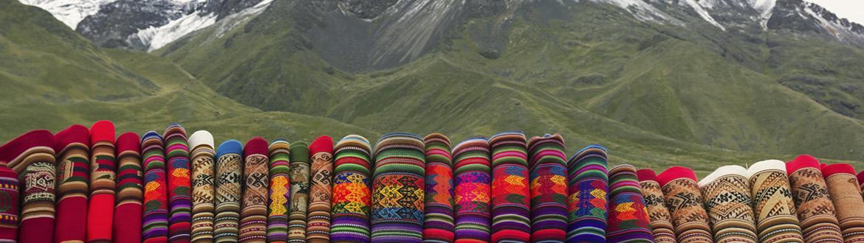 Conozca las ciudades llenas de historia, como Lima, Arequipa, Puno, Pisac o Cusco. Atravesando paisajes espectaculares, como es el singular lago Titicaca y sus peculiares islas artificiales. El apreciado y productivo Valle Sagrado. Incluyendo también y especialmente la visita a los impresionantes centros arqueológicos, llenos de misterio y leyendas, que salpican todo el país, siendo la ciudad perdida de Machu Picchu su máximo exponente.