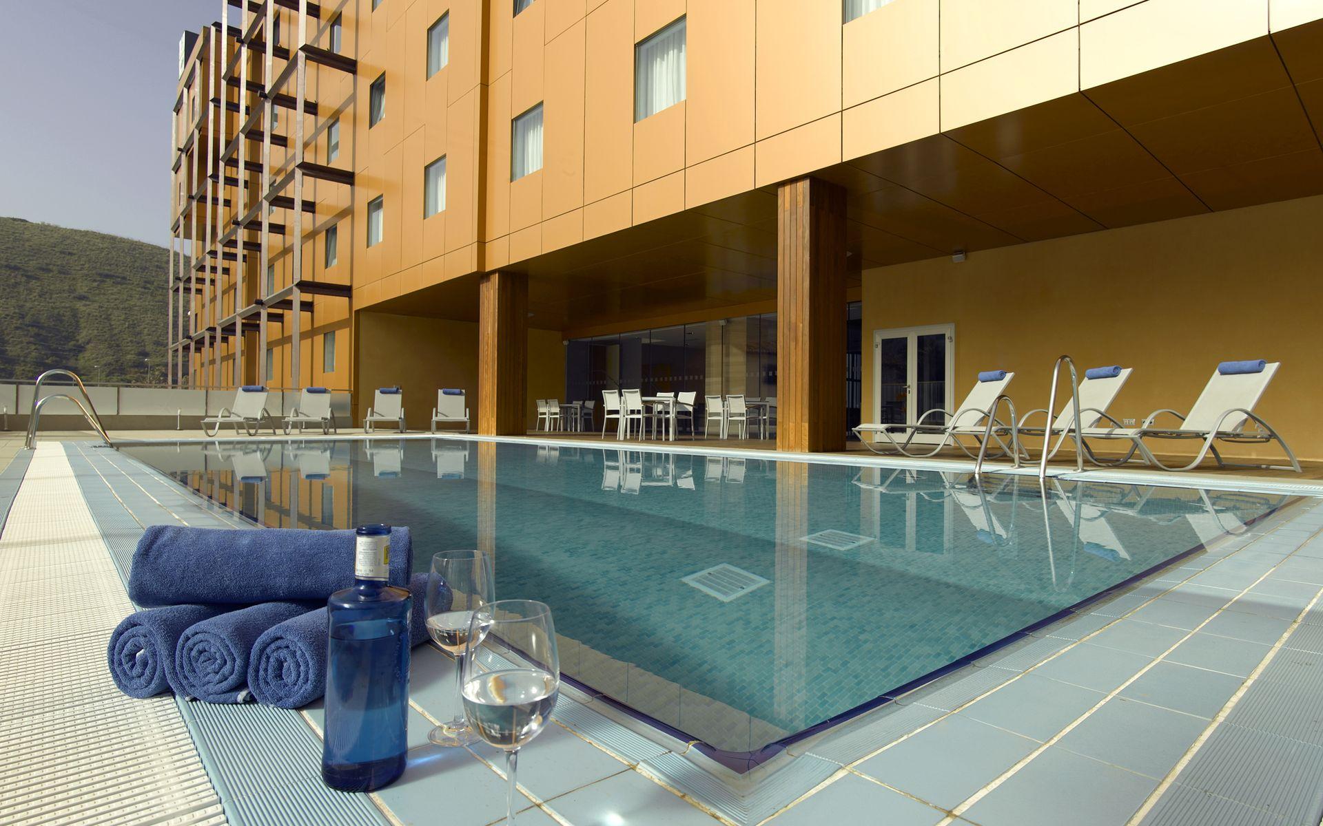 Hotel macia real de la alhambra granada logitravel for Piscina granada centro