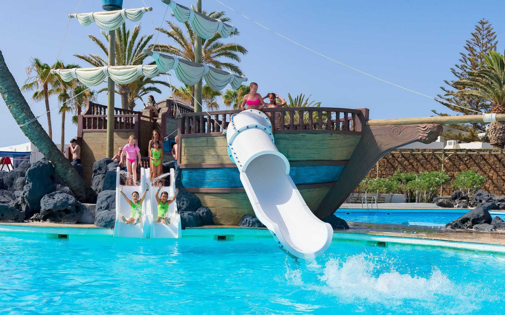 Hotel h10 suites lanzarote gardens en costa teguise for Piscinas con toboganes