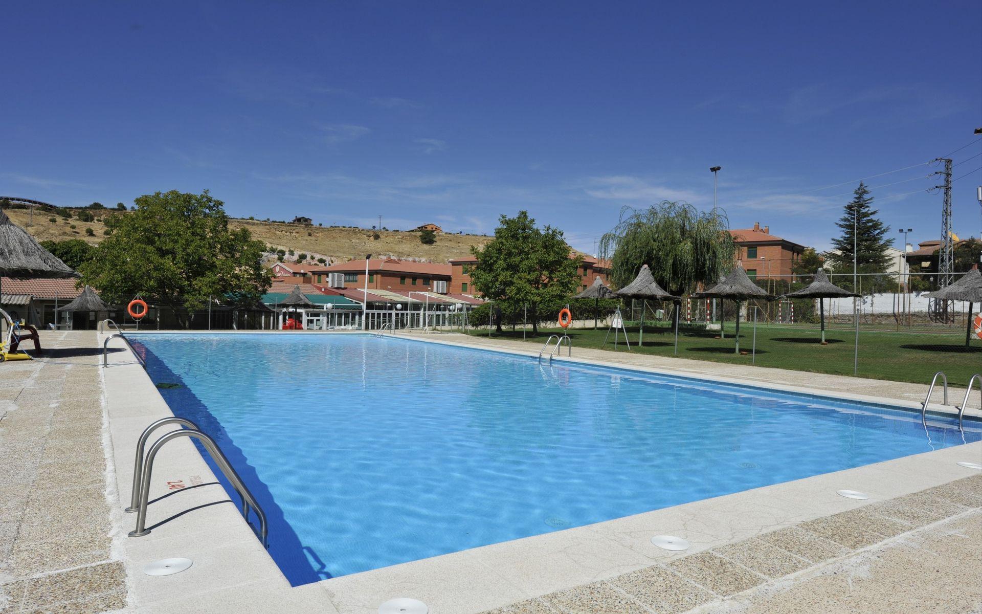 Hotel puerta de segovia segovia logitravel for Hotel piscina segovia