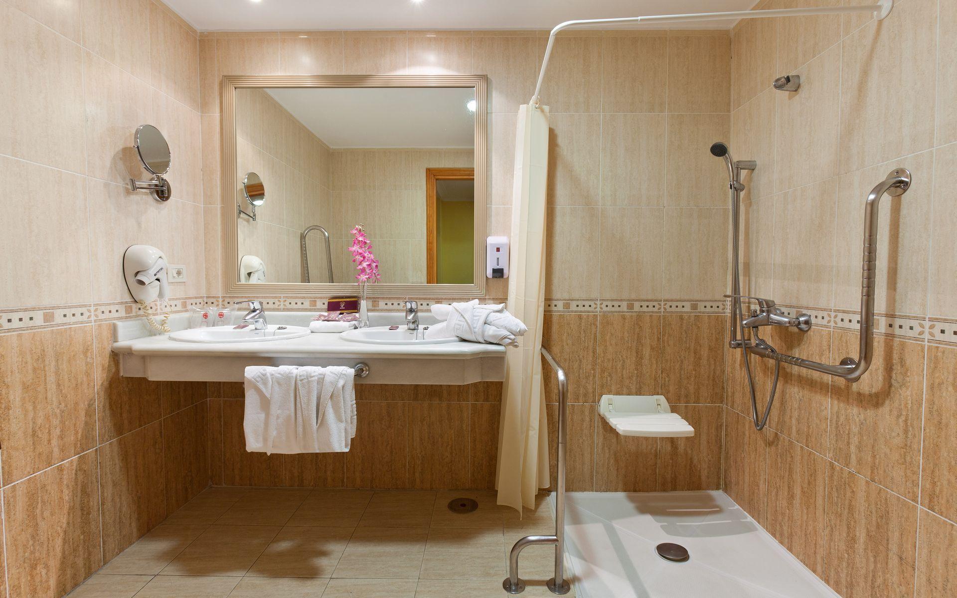 Hotel fa abe costa sur en costa adeje tenerife desde 43 for Habitacion familiar tenerife
