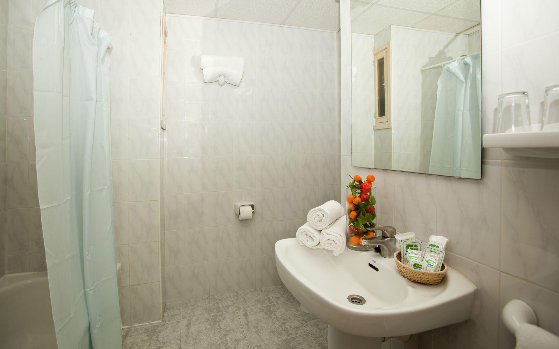 Baño Familiar Publico:Hotel Tropico Playa en Palmanova – Mallorca desde 44 €