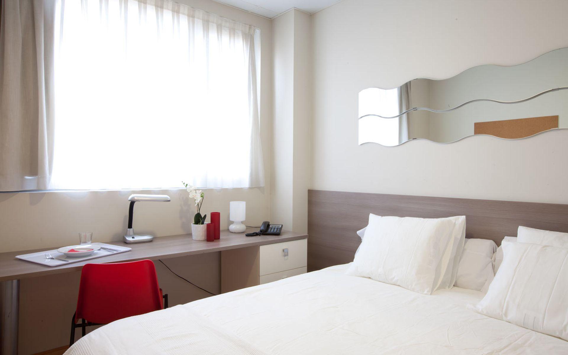 Hotel v rtice roomspace madrid logitravel - Television pequena plana ...