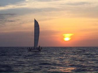 Catamaran Fornells al atardecer